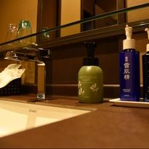 お市:こだわりの清潔感あふれるお洒落な洗面台。アメニティもKOSEの製品を使用しており、お肌に嬉しい
