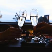 おふたり様専用宿ならではの、プライベート空間で、乾杯を。至福のひとときです。