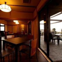 カフェ:風が心地いい季節には、夕日が沈む琵琶湖を眺めながら、テラス席での語らいもおすすめ。