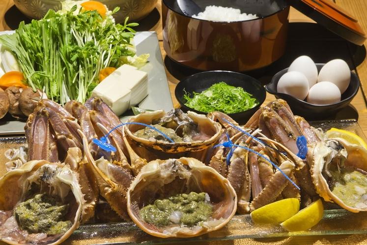 【カニ】生け簀から新鮮なまま取り上げられた活カニは、刺身や焼きガニなどお好みのスタイルで