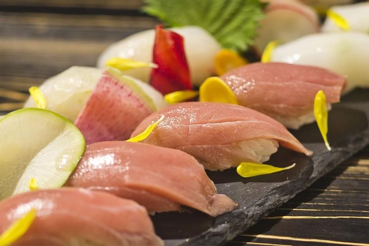【ぶりのお寿司】新鮮なぶりは味の引き締まりが違う!お寿司で素材本来の味をお楽しみください