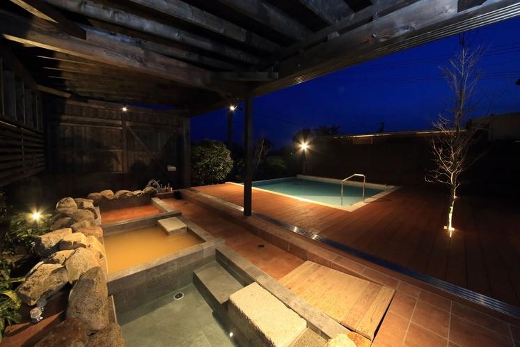 プールで泳いだ後は、コンコンと注ぐやわらかな温泉で、至福の時間をお楽しみください