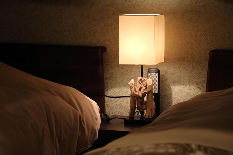 【ベッドルーム】夜はやさしい灯りに照らされながら、大切な方とゆったり語らいを楽しむ