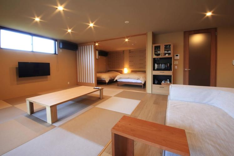 """【花菖蒲内観】和のナチュラルな雰囲気に包まれた客室は、まるで""""もう一つの我が家""""のように落ち着く"""