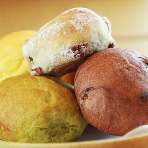 *朝食/自慢の手作りパンは抹茶、チョコチップ、レーズン等いろいろな種類があります