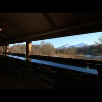 広いガラス窓からは天気の良い日は磐梯山が良くみえます