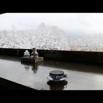 広い窓からは晴れた日には磐梯山が望めます
