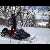 スノーモービルで自由に雪原を駆け抜ける