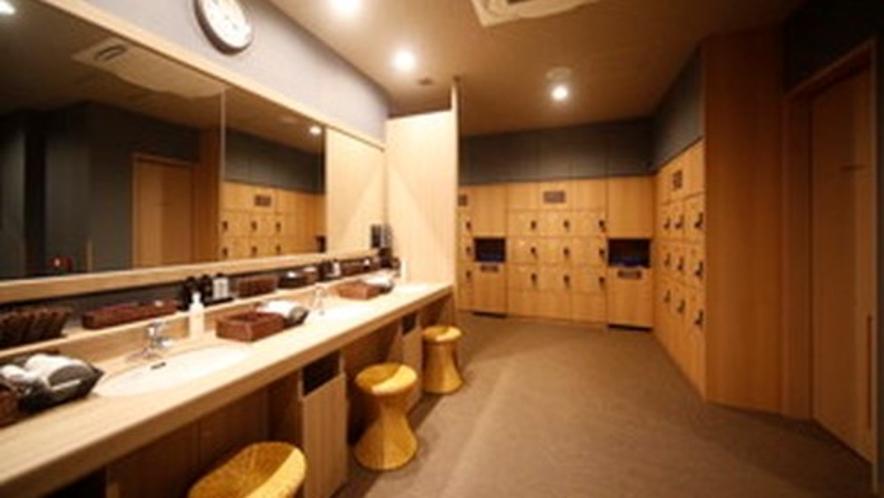 ◇男性大浴場脱衣所 広々とした脱衣所 ロッカー数24台