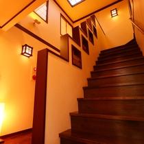 「館内」広々とした吹き抜けの空間と和の温もりを感じる。
