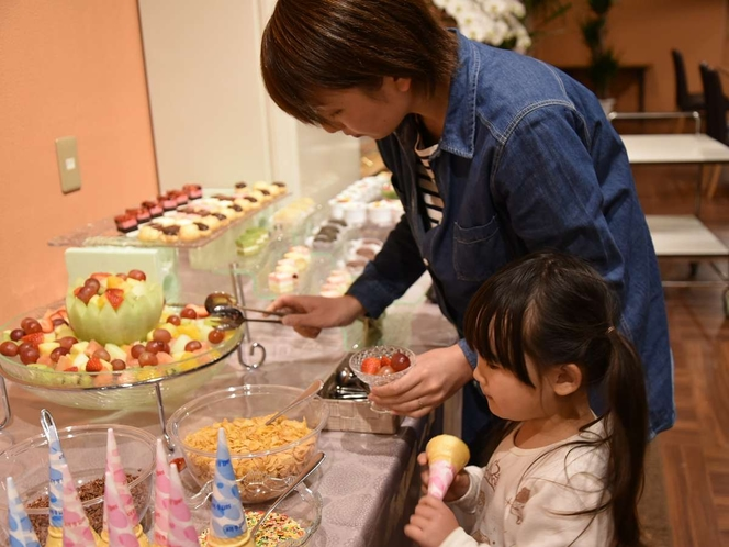 デザート食べ放題☆お子様大喜び!!フルーツやアイスでパフェを作ってね♪