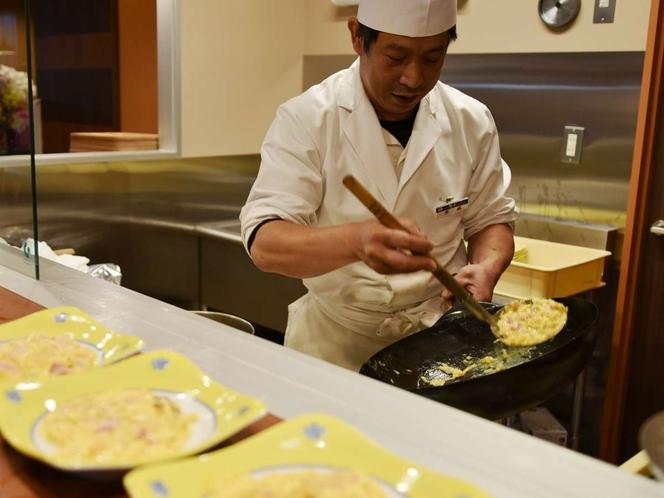 朝食時のライブキッチンではスクランブルエッグをご提供!