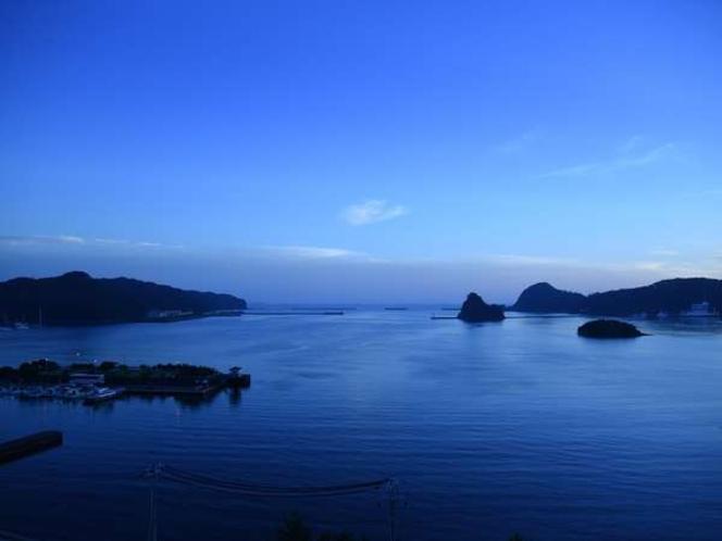 全室から一望できる下田湾ブルーアワーの夕暮れ。ペリーが愛した青い海に会いに行こう!