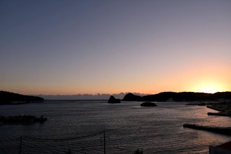 窓からの景色。ちょっと早めについて夕暮れの時の下田湾の眺めをご堪能できます!