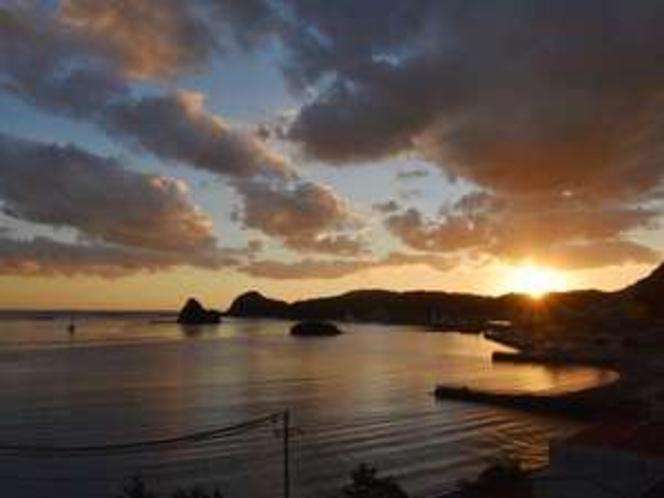 窓からの景色。ちょっと早めに着いて夕暮れ時の下田湾の眺めを堪能してください
