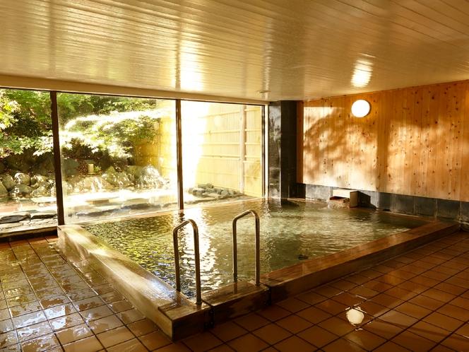 大浴場檜風呂、男女共に同じ広さで女性客にも好評。※脱衣所から階段がありますので足元にご注意ください
