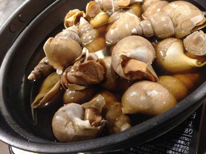 夕食時のバイ貝の磯煮。是非味わってみてください。