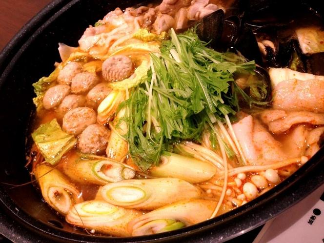 夕食のチゲ鍋。辛くてコクのある味付け、ヤミツキになりそう!