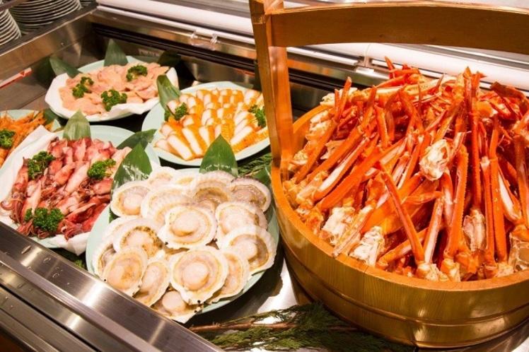 ズワイガニ食べ放題と、浜焼き用のホタテ・エビ・イカなど海の幸もいろいろ