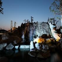 ライトアップされた滝が幻想的
