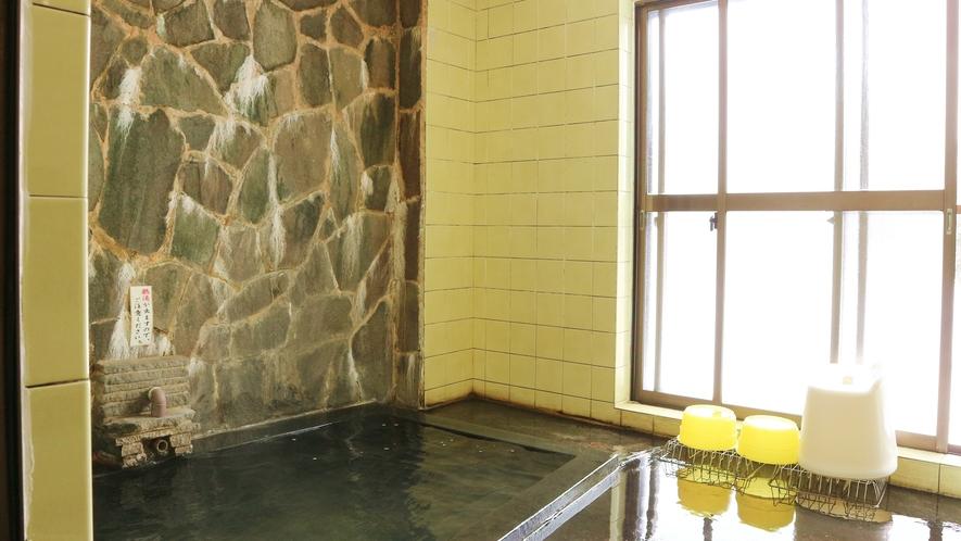 *[大浴場/女湯]黒い湯花とほのかに香る硫黄臭は、これぞ温泉!泥が混じった黒みを帯びた天然温泉