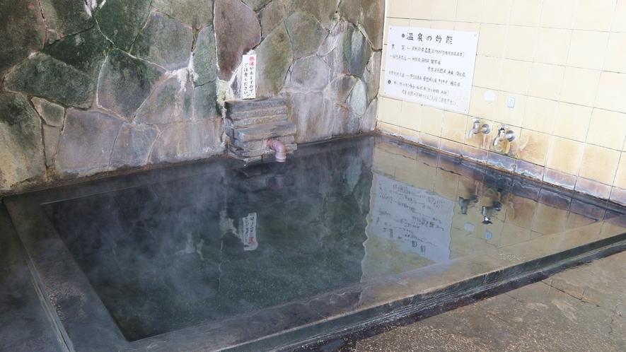 *[大浴場/男湯] これぞ温泉!ほのかに香る硫黄臭と黒味がかった源泉掛け流しの湯