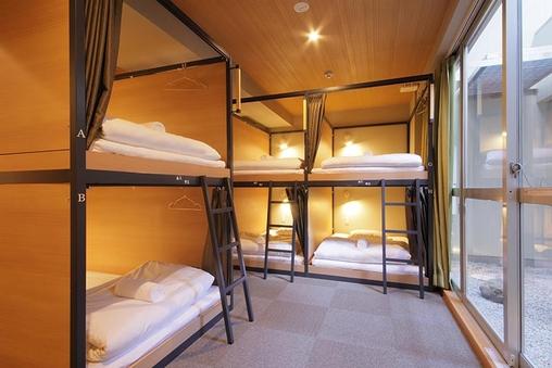 ドミトリールーム12名男女共用 二段ベッドの1台