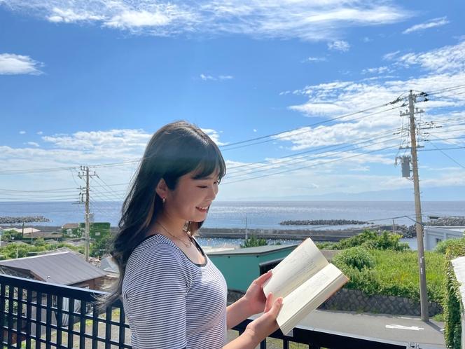 """海を眺めながら本を読む通称""""島読書"""""""