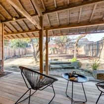 【ペットと泊まれるSEIGAKU 305】デッキの前に258㎡の開放感溢れるお庭が広がります。