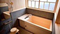 【お風呂】香りのよい檜風呂や半露天の陶器風呂を備えた客室もございます。 ※一部のお部屋はシステムバス