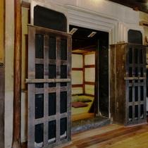 【SEIGAKU棟301】明治初期の質蔵に残る重厚な漆喰扉の意匠はそのままに