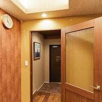 *[デラックスツイン一例]客室入口には、内ドアがあり防音効果あり