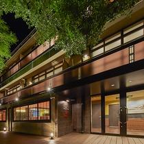 *[外観/夜]全8室のハイセンスなホテル。居心地の良いスタイリッシュな客室とレストランの食事が好評