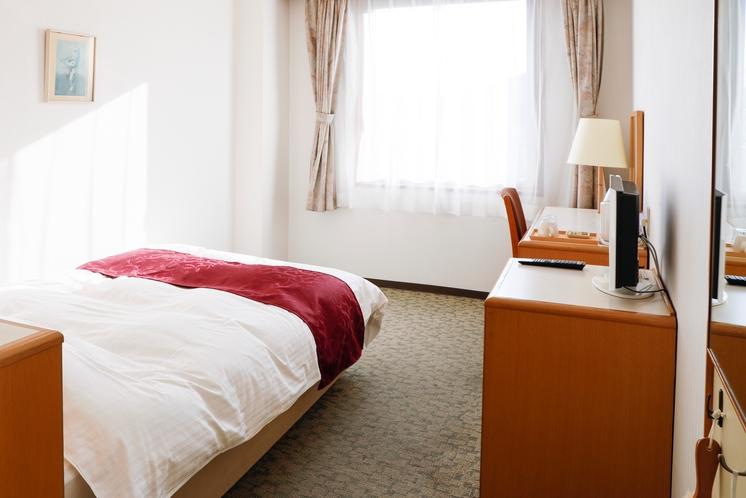 シングルルーム 広々ベッド幅120cm スーツケースを広げても余裕があります。