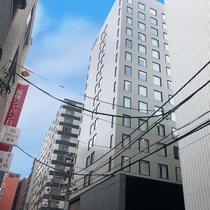 ⑥右手奥にホテルが見えてきます。