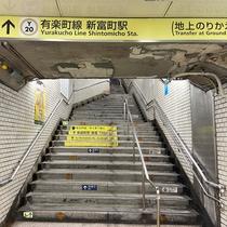 ②改札を出ると左手に3a出口がございますので、階段を上ります。