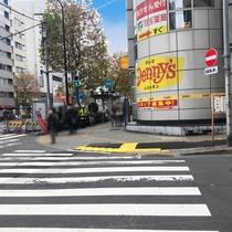 ③出口3bから出ると、目の前に横断歩道があるので渡ります。