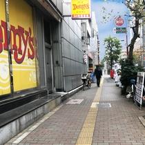 ④角にあるファミリーレストランを右に曲がり、直進します。