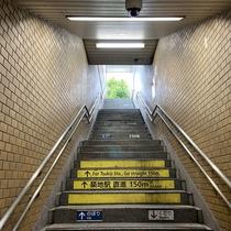 ④4番出口の階段を上ります。