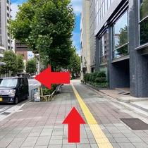 ⑤地上に出たら直進し、写真左の横断歩道を渡ります。