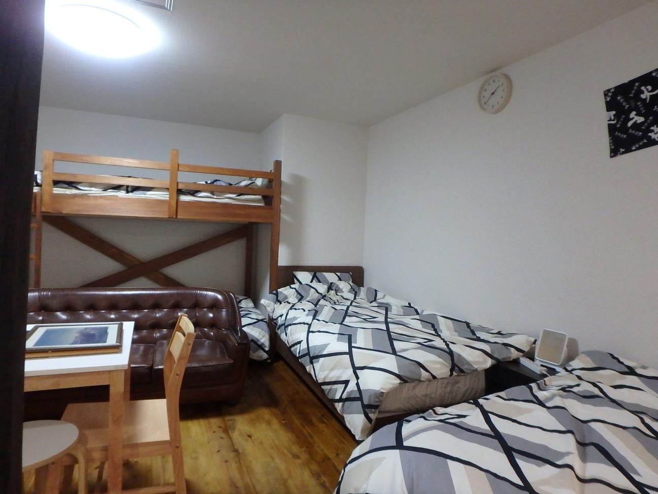 西大路familie寝室シングルベッドと二段ベッドです。