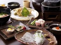 季節の会席料理をを掘り炬燵式のお食事処で。