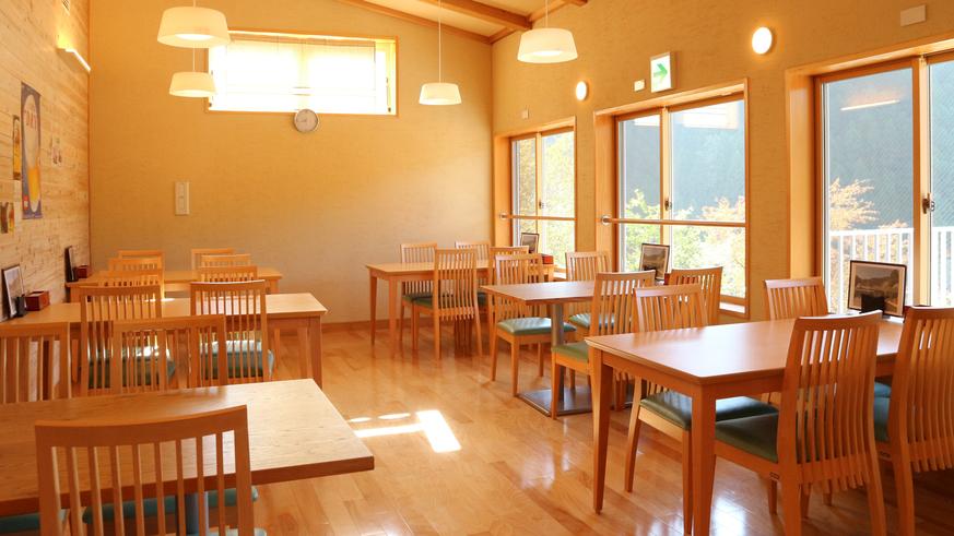 *【レストラン】薪ストーブがあり、明るい雰囲気。お食事はこちらでご用意致します。