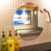鏡越しに移るペンキ絵 ―河の音―