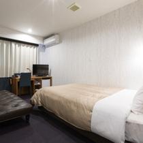 ダブル:より快適な眠りと健康の追及した高級ベッド・サータを全室に配置。