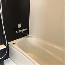 新館デラックスツイン:トイレ・バスが独立型でゆったりと足を伸ばせる広々バスタブを完備。