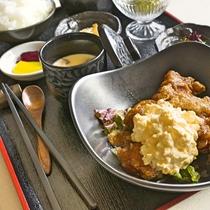 ジューシーなもも肉を揚げて甘辛いタレをたっぷりしみ込ませ、自家製タルタルソースをたっぷりと。