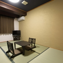 和室:日本ならではの和室は、やっぱり心和む空間。靴を脱いでよりおくつろぎください。