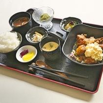 ご夕食一例:チキン南蛮定食は、ボリュームたっぷりで人気ナンバーワン!とってもご飯が進みます。