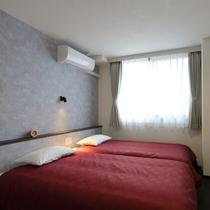 新館ツイン:ベッドサイドには調光スイッチとコンセント2口備え、就寝時もうれしい仕様になっております。